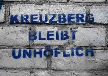 """Graffiti mit der Aufschrift """"Kreuzberg bleibt unhöflich"""""""