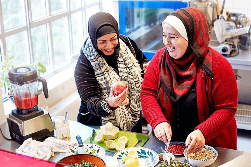 Geflüchtete Frauen bereiten ein Catering vor
