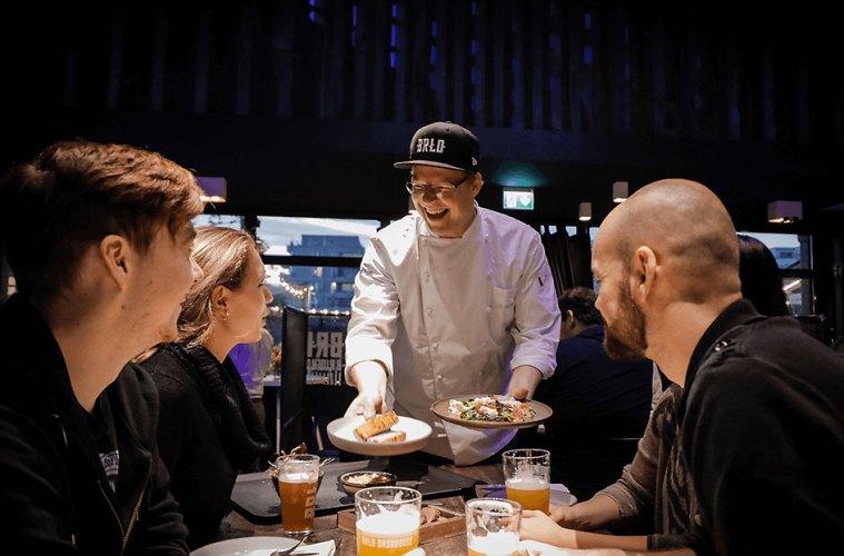 Der Chefkoch Ben Pommer bedient glückliche Gäste im BRLO BRWHOUSE