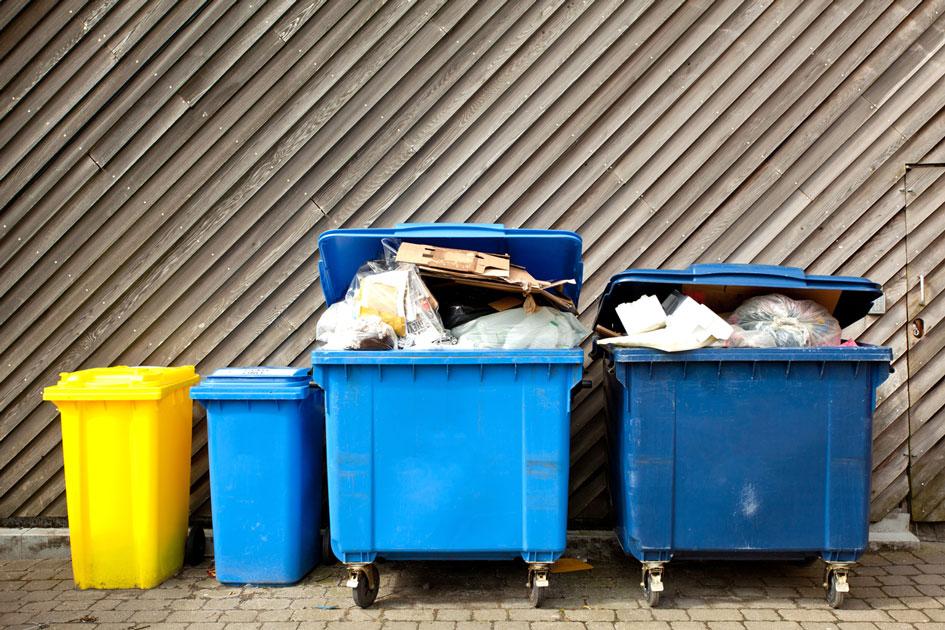 Gefüllte Mülltonnen für gewerbliche Nutzung