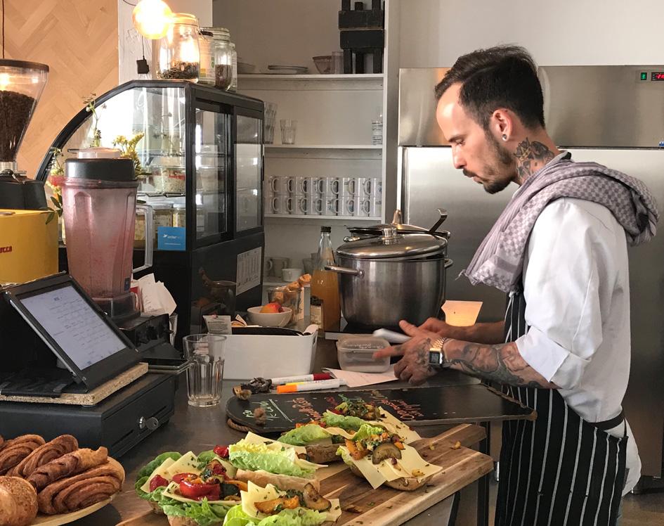 Sebastian, der Küchenchef von orderbird, bei der Arbeit im orderbird-Café