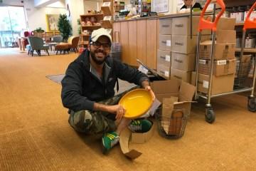 Gastronomie-Gründer Hussein sucht die richtigen Teller für seine Inneneinrichtung in einem Möbelhaus aus