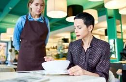 Ein Gast beschwert sich über sein Essen beim Service in einer Gastronomie