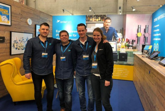 das orderbird Messeteam posiert am Messestand