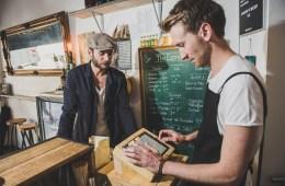 Ein Gastronom kassiert mit seinem Kassensystem für die Gastronomie einen Gast ab