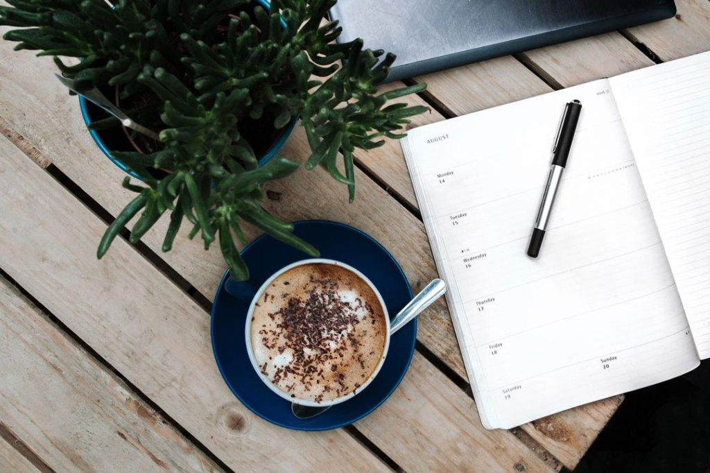 Terminkalender und Laptop zur Planung der Gastro-Messe
