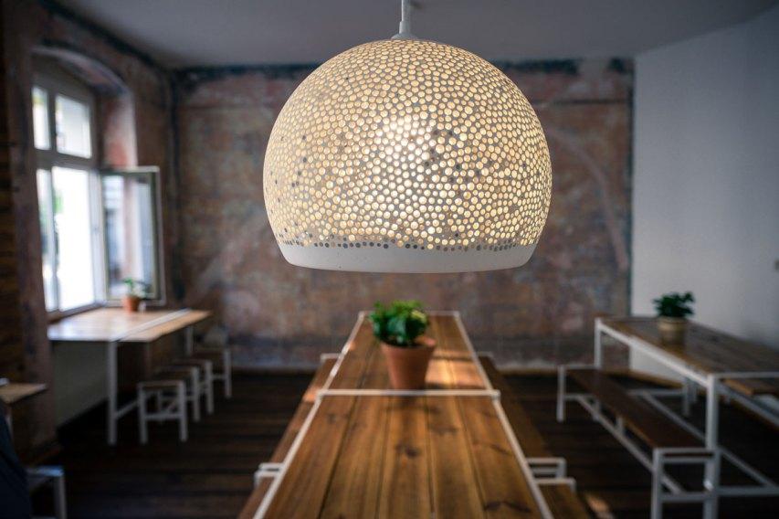 Une lampe dans le cadre de la décoration intérieure d'un resta