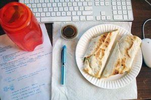 ¿Es productivo almorzar en el escritorio?
