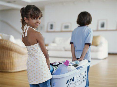 Niños que colaboran en tareas del hogar