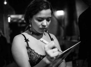 Nilüfer Yanya giving an autograph - Photo by Stefan Manzow