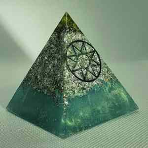 Stellar Rays Orgone Orgonite Pyramid 6cm - Radiating with a Peridot, Herkimer Diamonds, Sacred Geometry, with Aluminum Protection, Focus and Energy!