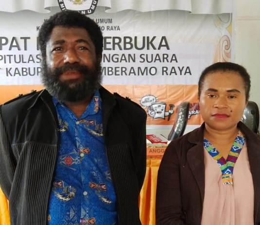 Ketua KPU Kabupaten Mamberamo Raya, Yesaya Dude (kiri)