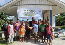 Anggota DPRD Kabupaten Manokwari, Orpa Tandiseno, SP bersama masyarakat didepan Gedung Gereja GBGP Anugerah Bakaro Gunung. Foto:ALW/ON