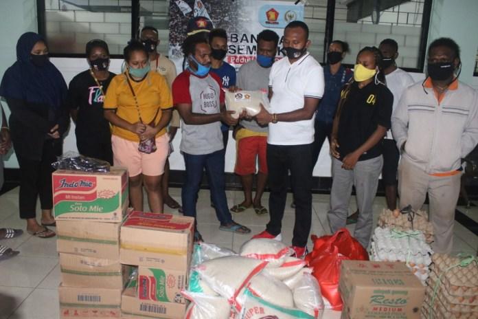 Kunjungi Asrama Mahasiswa Papua, Anggota DPR RI Yan Mandenas Bagi Sembako
