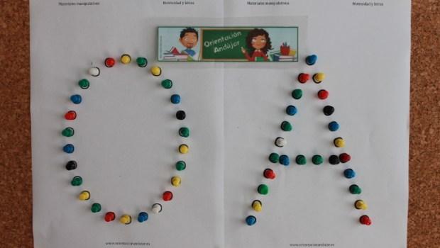 Materiales manipulativos. Aprendemos las letras con chinchetas de colores. Con plantillas de letras