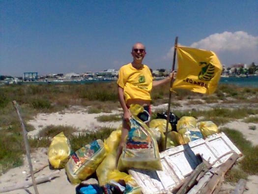 Io imoegnato nella raccolta di rifiuti a Porto Cesareo