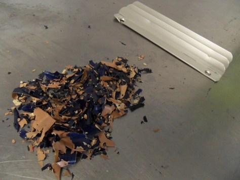 Le volume des déchets peut représenter une part importante de l'objet. Ici les copeaux de peinture décapés sont très importants en raison du nombre de couches de peinture thermolaquée sur la plaque d'aération en aluminium
