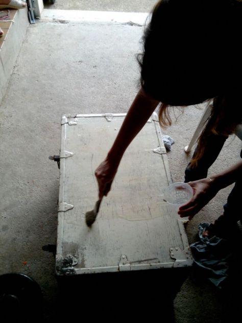 Dès l'application, le décapant agit et pénètre dans les peintures pour les ramollir et les séparer du support en bois