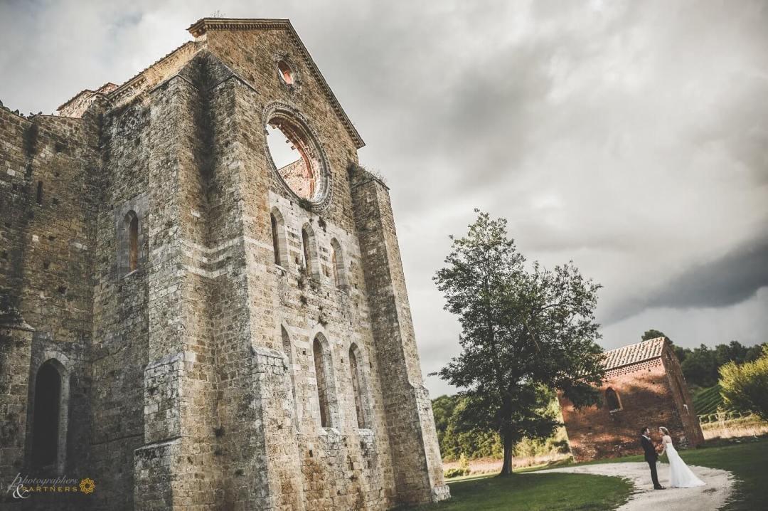 Amazing wedding photography San Galgano Abbey