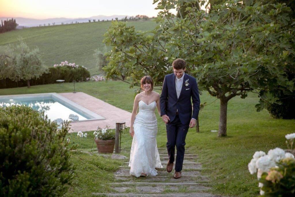 The newlyweds walk trough Fonte de Medici