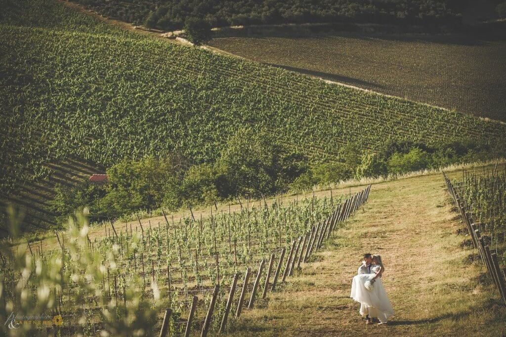 Emma & Edwar kiss in the vineyard