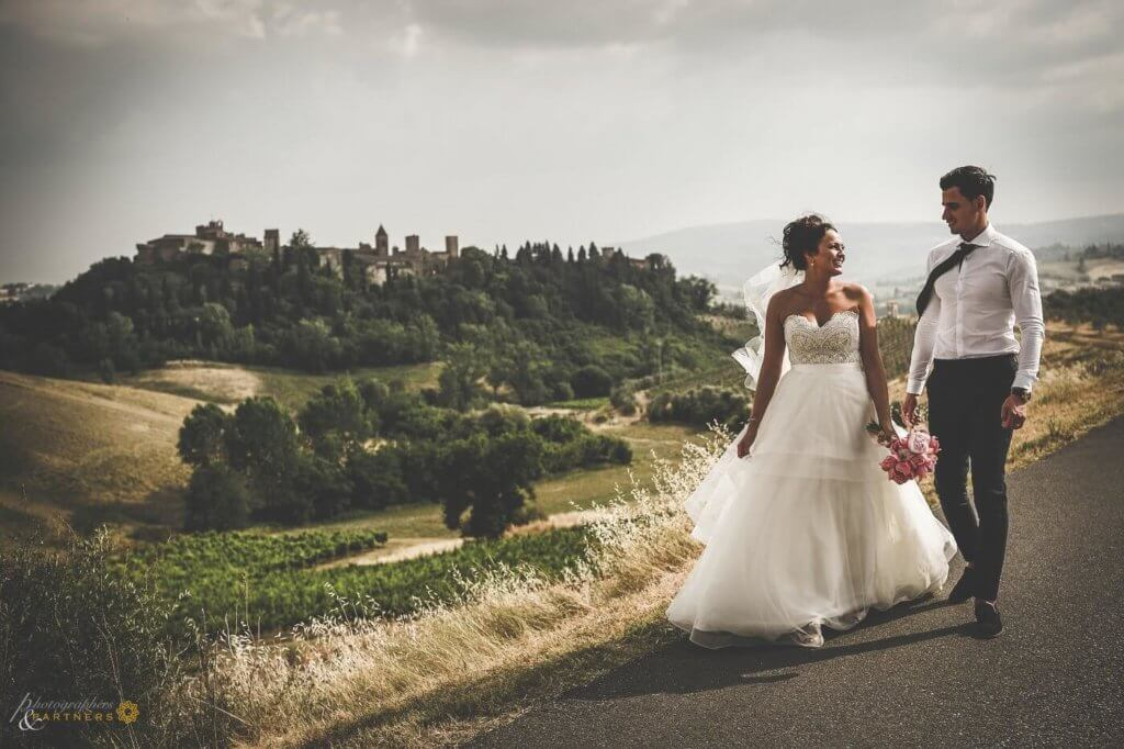 Hollie & Dean walk through the tuscan country