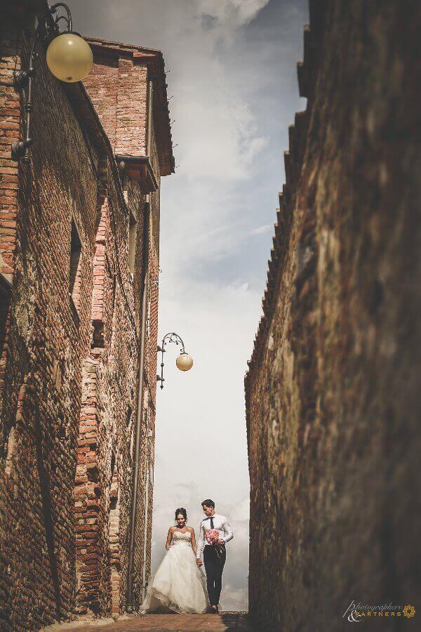 Hollie & Dean walk through the streets of Certaldo