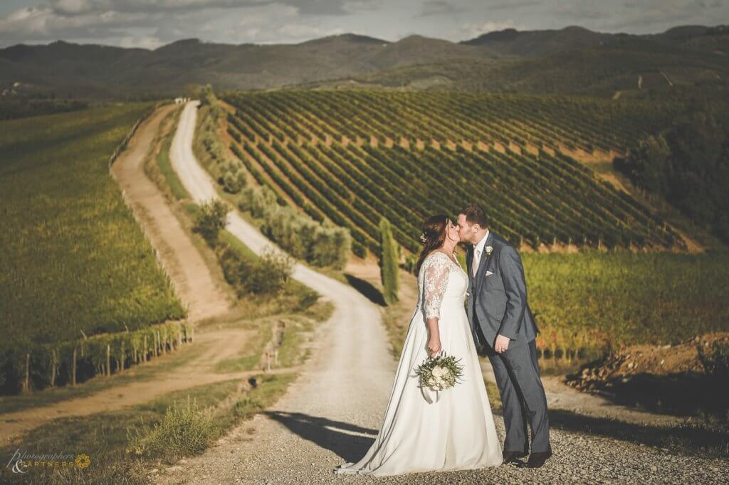 Amy & Elliot kiss in the vineyard