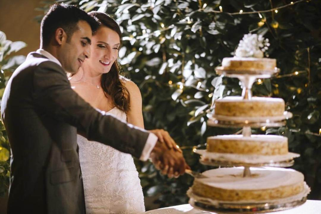 Jane & Aimun cut their wedding cake