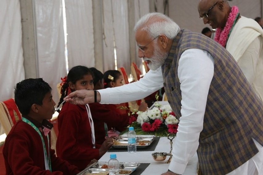 PM serving the three billionth meal (Image tweeted by Akshaya Patra Official)