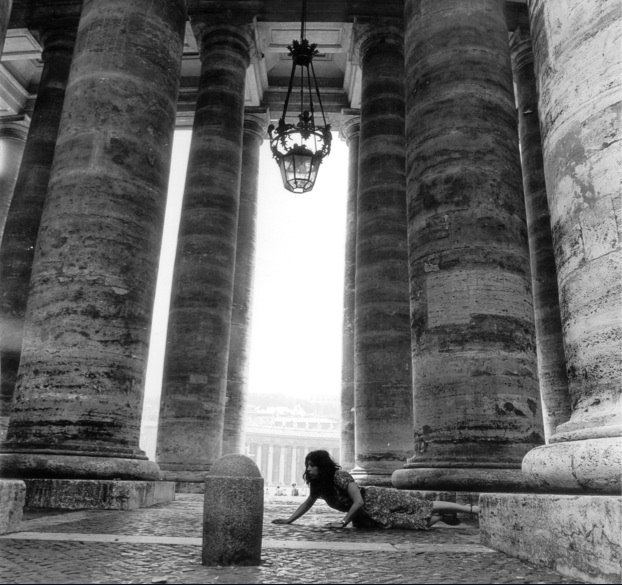"MesuRage, performance place St Pierre, Rome, Italie, aussi appelée "" Ceci n'est pas un voeux"", photographie noir et blanc, dimensions variables, 1968. / MeasuRage, performance at St Pierre place, Rome, Italy, also know as "" This is not a wish"", black and white photography, variable dimensions, 1968."
