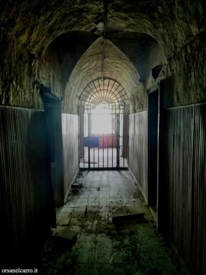 Corridoio con passaggio sbarrato nel Convento abbandonato