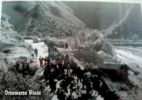 Funerale. In fondo, a destra, i resti del vecchio camposanto
