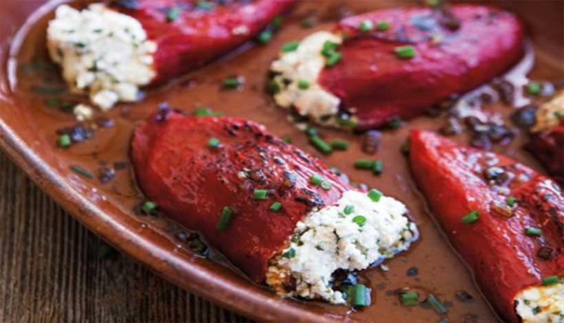 Πιπεριές Φλωρίνης γεμιστές με φέτα και αρωματικά