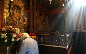 Church of the Nativity-praying before an icon of Mary (imeu.net)