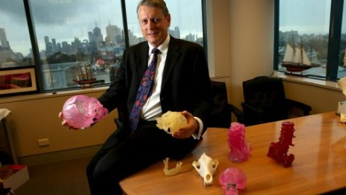 Photo of Melbourne neurosurgeon makes 3D skull and bone implants but now he's in pain