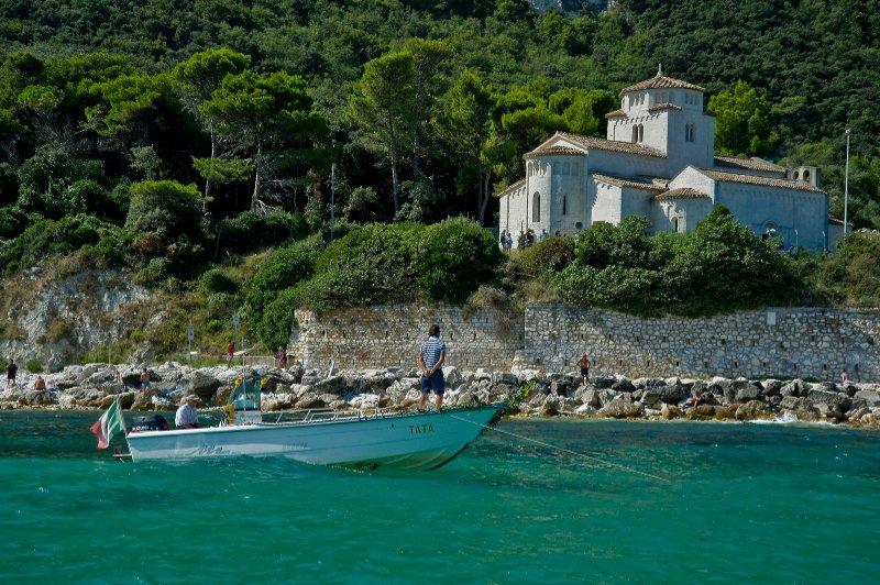 Vista dal mare della chiesa di santa maria di portonovo