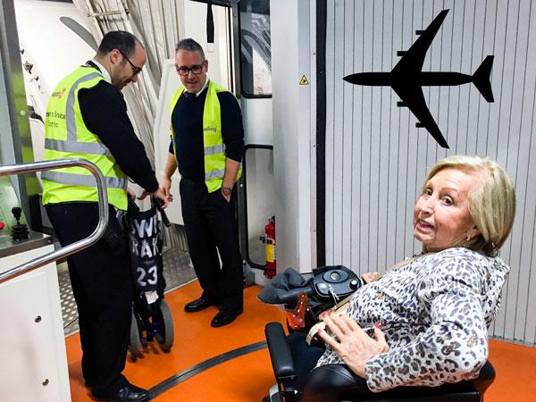 En la puerta de embarque del avión