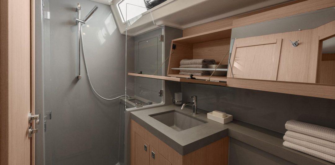 Oceanis 55.1 bathroom