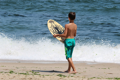 NYのビーチで密かに再ブーム!?波打ち際を滑る「スキムボード」