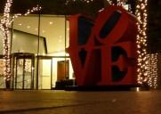 Robert Indiana氏によるアート作品「LOVE」の前で記念撮影しよう