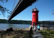 The Little Red Light House – ジョージ・ワシントン・ブリッジのたもとにある真っ赤な灯台