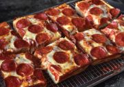 デトロイトスタイルが人気のビザ店「Jet's Pizza」がマンハッタン進出