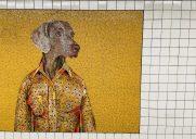 ウィリアム・ウェグマン作のモザイク画「Stationary Figures」