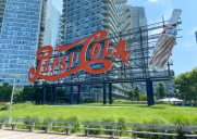 市のランドマークに認定されているペプシ看板「Pepsi-Cola Sign」