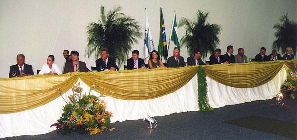 A imponente mesa da solenidade da Câmara, com os 10 vereadores, o deputado Paulo Melo e a prefeita Franciane Motta, entre outros convidados.