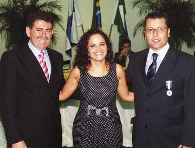 O deputado Paulo Melo e a prefeita Franciane Motta, na entrega da medalha Barão de Saquarema, a Nelson Naibert, que vem colaborando com a implantação do Condomínio Industrial do município, em Sampaio Corrêa.
