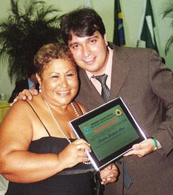 A diretora Sandra Santana, do Colégio Castelo Branco, foi homenageada pelo vereador Pedro Ricardo.