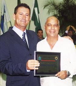 O vereador Gilvan Martinelli com o homenageado com título de Honra ao Mérito a Marcos Lagos.