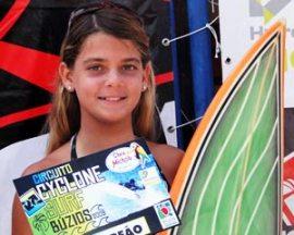 Carol Fernandes, 15 anos, treina diariamente nas ondas de Itaúna.